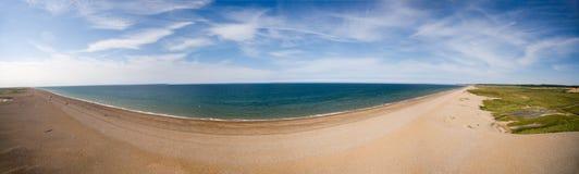 Norfolk kustlinje, solig dag på strandpanoraman Arkivfoton