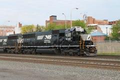 Norfolk sydlig järnväglokomotiv 6351 på Altoona PA Arkivbild