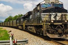 Norfolk und südliche Maschinen 8039, die über eine Meilen-lange Last der Kohle ziehen stockfotografie