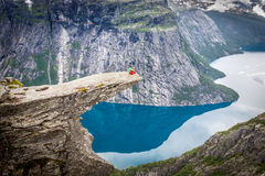 Norge bergTrolltunga Odda fjord Norge som fotvandrar slingan Arkivbilder