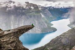Norge bergTrolltunga Odda fjord Norge som fotvandrar slingan fotografering för bildbyråer
