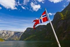 Norge flagga och Sognefjord Royaltyfria Foton