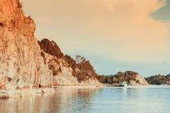 Norge hav, klippor under soligt väder Arkivbild