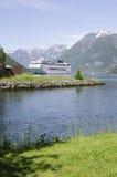 Norge - Hellesylt - reser destinationen för kryssningships Royaltyfria Foton