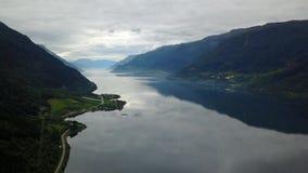 Norge - ideal fjord reflexion i klart vatten från surret på luft lager videofilmer