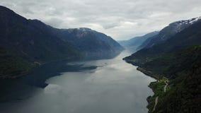 Norge - ideal fjord reflexion i klart vatten från surret på luft arkivfilmer