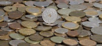 Norge krone på bakgrund av många gamla mynt royaltyfri bild