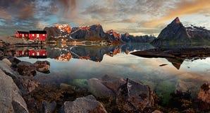 Norge by Reine med berget, panorama Royaltyfri Fotografi