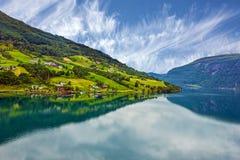 Norge sjösida för Olden gröna kullar fjord i sommar Royaltyfria Bilder