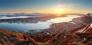 Norge stadspanorama - Tromso på solnedgången Arkivfoton