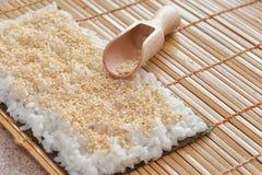 Nori с семенами риса и сезама на бамбуковой циновке Стоковое Изображение RF