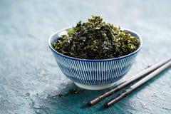 Nori Seaweed friável com sésamo e sal do mar foto de stock royalty free