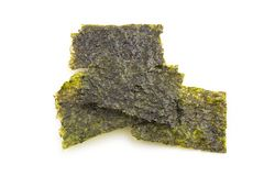 Nori Seaweed friável no fundo branco imagens de stock royalty free