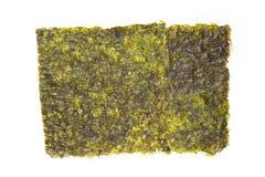 Nori Seaweed friável no fundo branco imagens de stock