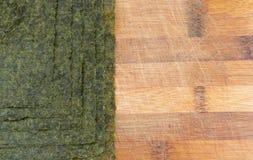 Nori Seaweed Sheets no fundo de madeira velho imagens de stock royalty free