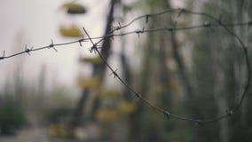Noria abandonada, cambio del foco al alambre de púas, en Chernóbil, Pripyat, la Ucrania almacen de metraje de vídeo
