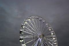 Noria brillante contra el cielo oscuro Imagen de archivo
