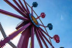 Noria colorida y cielo azul Fotos de archivo libres de regalías