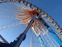 Noria con el contexto del cielo azul Fotos de archivo