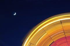Noria con la luna Fotos de archivo