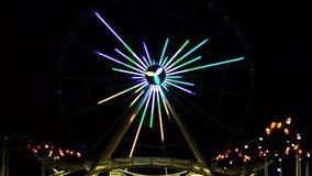 Noria con las luces que destellan y funcionamiento metrajes
