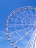 Noria debajo de un cielo azul Foto de archivo libre de regalías