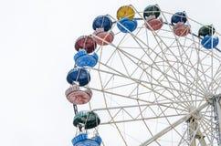 Noria del carrusel en el parque de atracciones aislado en el fondo blanco Foto de archivo