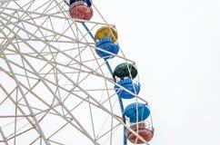 Noria del carrusel en el parque de atracciones aislado en el fondo blanco Imagenes de archivo