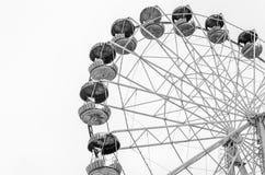 Noria del carrusel en el parque de atracciones aislado en el fondo blanco Imágenes de archivo libres de regalías