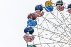Noria del carrusel en el parque de atracciones aislado en el fondo blanco Fotografía de archivo libre de regalías