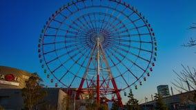 Noria detr?s del cielo azul en tiro ancho del lapso de tiempo de Odaiba Tokio metrajes