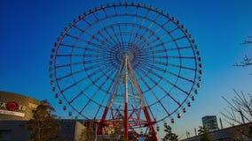 Noria detr?s del cielo azul en tiro ancho del lapso de tiempo de Odaiba Tokio almacen de video