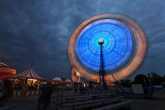 Noria en el carnaval en la noche Fotos de archivo libres de regalías