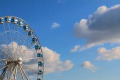 Noria en el fondo de un cielo claro brillante Foto de archivo libre de regalías