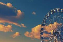 Noria en el fondo de un cielo claro brillante Imágenes de archivo libres de regalías