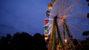Noria en el parque por la tarde Imagenes de archivo