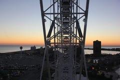 Noria en la puesta del sol Imagen de archivo libre de regalías