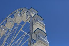 Noria gigante con las sillas, estructura metálica, elemento recreativo cerca del río foto de archivo