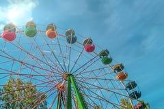 Noria multicolora en el parque en un día de verano soleado Visi?n inferior imagen de archivo