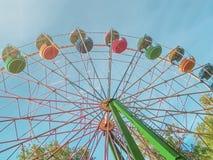 Noria multicolora en el parque en un día de verano soleado Visi?n inferior imágenes de archivo libres de regalías