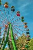 Noria multicolora en el parque en un d?a soleado fotografía de archivo