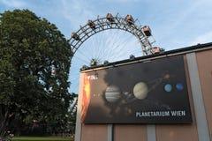 Noria vieja y el planetario en el parque de atracciones Prater, Viena, Austria Imagenes de archivo