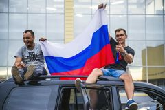 NORILSK,俄罗斯- 2018年7月1日:俄国爱好者庆祝俄国国家橄榄球队的胜利 库存图片