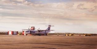 Norilsk,俄罗斯- 2017年6月27日:在Norilsk机场跑道的飞机  免版税库存图片