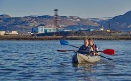 Norilsk,俄罗斯- 2017年6月20日:漂浮在皮船的人和女孩 免版税图库摄影