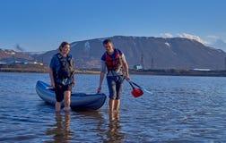 Norilsk,俄罗斯- 2017年6月20日:漂浮在皮船的人和女孩 图库摄影