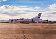 Norilsk, Rússia - 27 de junho de 2017: Plano na pista de decolagem do aeroporto de Norilsk Foto de Stock
