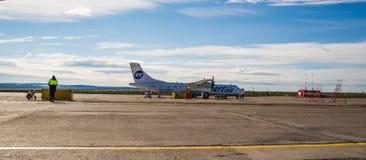 Norilsk, Rússia - 27 de junho de 2017: Plano na pista de decolagem do aeroporto de Norilsk Fotografia de Stock