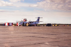 Norilsk, Rusia - 27 de junio de 2017: Avión en la pista del aeropuerto de Norilsk Fotos de archivo