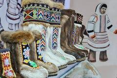 NORILSK, RUSLAND - JULI 7, 2016: Schoenen van inheemse noordelijke volkeren op de winkel royalty-vrije stock foto's